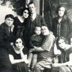 (KZ) Ж.Сәдуақасов туыстарымен (Қарағанды облыстық тарихи-өлкетану мұражайы қорынан)