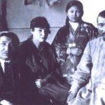 (KZ) Ж.Досмұхамедов туыстарымен (Атырау облыстық тарихи-өлкетану мұражайы қорынан)