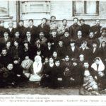 Выпукники САГУ представители казахской интеллигенции (справа налево): 1-ряд: 1-2 неизвестно: 3 - Мариям Аканбекова, 4-7 неизвестно, 8 - Рабига Каратаева, 9 - Сара Канапина, 10 - Захира Досмуханбетова, 11- Мадина Касымова,12 - Магрипа Конайдарова, 13 - неизвестно, 14 - Зауре Омарова, 15 - неизвестно, 16 - Анел (сестра С.Асфендиярова), 17 - Гуляим Байгурина, 18 - Нарзола Рустемов, 19 - Аралбаев, 20 - неизвестно, 21 - Мыргазы Есболов. 2-ряд: 1 - Айша Айзунова, 2 - Зылиха Жумабаева, 3 - Куланда Кожанова, 4 - Мадина Кашкынбаева, 5 - Аубакир Диваев, 6 - Аккагаз Досжанова, 7 - Халел Досмухамедов, 8 - Софья Кашкынбаева, 9-11 неизвестно, 12 - Айша Кутыбарова (сестра С. Асфендиярова). 3-ряд: 1 - Алжан Байгурин, 2-3 неизвестно, 4 - Билял Сулеев, 5 - Санжар Асфендияров, 6 - Магжан Жумабаев, 7 - Мухамеджан Тынышбаев, 8 - Иса Кашкынбаев, 9 - Серикбай Акаев, 10 - Жунис Кияков, 11 - Сегизбай Айзунов, Карим Жаленов. 4-ряд: 1 - Ашим Омаров, 2 - Амир Досжанов, 3 - Билял Шонанов, 4 - Смаилов, 5 - Ташим Молдабаев, 6 - Мухтар Ауезов, 7 - Файзолла Галымжанов, 8 - Султанбек Кожанов, 9 - Абдрахман Мунайтпасов, 10 - Сабыр Капин, 11 - Хайрулла Каратаев. Ташкент, 1922г. (из фондов Центрального Государственного архива г. Алматы; Актюбинского областного историко-краеведческого музея)