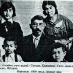 (KZ) Халел Досмұхамедов отбасымен (Ақтөбе облыстық тарихи-өлкетану мұражайы қорынан)