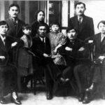 Міржақып Дулатов отбасы және достарымен бірге (Қостанай облыстық тарихи-өлкетану мұражайы қорынан)