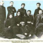 Х.Досмұхамедов Санкт-Петербург студенттерімен (Атырау облыстық тарихи-өлкетану мұражайы қорынан)