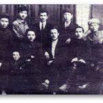 Қошке Кемеңгерұлы Ташкенттегі оқыған зиялы азаматтармен (1925-1929) (Қошке Кемеңгерұлының шөбересі Қайырбек Кемеңгердің жеке мұрағатынан алынған)